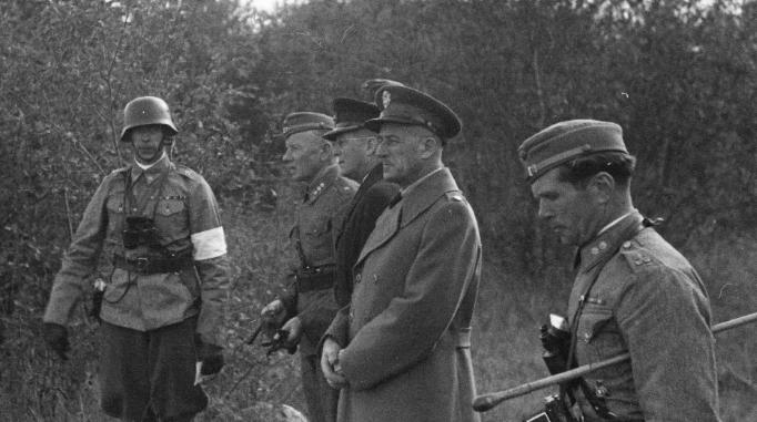 US Major George E . Huthsteiner inspecting Finnish dragoon drills in Karhumäki, USSR, 17.09.1942